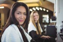 Портрет улыбающихся женщин, сидящих в парикмахерской — стоковое фото