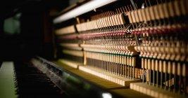 Primer plano del teclado de piano antiguo en taller - foto de stock