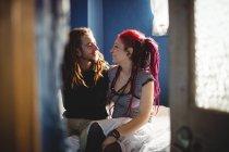 Giovane coppia hipster seduta sul letto a casa — Foto stock