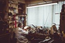 Задній вид на horologist ремонт дивитися в майстерні — стокове фото