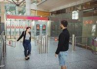 Homem à espera de uma mulher no terminal do aeroporto — Fotografia de Stock