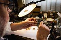 Крупный план по ремонту часов в мастерской — стоковое фото