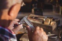 Anillo de fabricación orfebre en taller - foto de stock