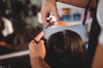 Immagine ritagliata di Femmina ottenere i capelli tagliati al salone — Foto stock