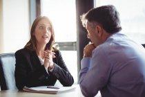Деловая женщина в обсуждении с коллегой в офисе — стоковое фото