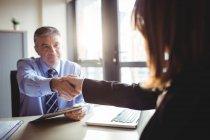 Бизнесмен пожимает руку коллеге в офисе — стоковое фото