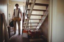 Красивий Карпентер проведення toolbox вдома — стокове фото