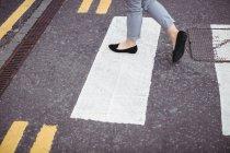Низький розділі бізнес-леді ходіння по дорозі — стокове фото