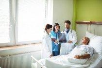 Ärzte, die Interaktion über x-ray Bericht mit Patienten im Krankenhaus — Stockfoto