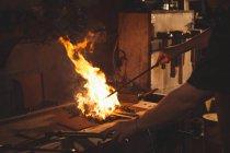Primer plano del elemento de calefacción herrero antes de forjar en el taller - foto de stock