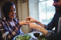 Мужчина подарил кольцо женщине за ужином — стоковое фото