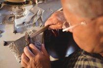 Голкипер готовит кольцо в мастерской — стоковое фото