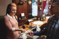 Mann bezahlt mit Kreditkarte im Friseursalon — Stockfoto