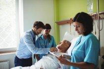 Arzt untersucht Seniorin im Krankenhaus — Stockfoto