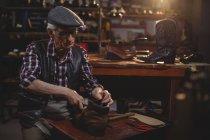 Шевця з кришкою, ремонт взуття в майстерні — стокове фото