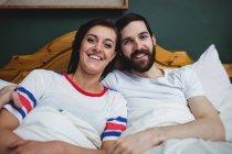 Ritratto di coppia distesa insieme sul letto in camera da letto — Foto stock