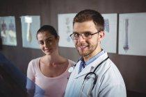 Портрет фізіотерапевт і жінки пацієнта в клініку — стокове фото