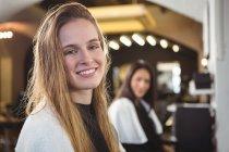 Ritratto di donne sorridenti sedute al parrucchiere — Foto stock