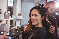 Parrucchiere che lavora su cliente a salone di capelli — Foto stock