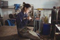 Schweißerin mit digitalem Tablet in Werkstatt — Stockfoto