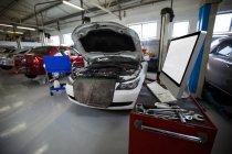 Broken Cars at repair garage — Stock Photo