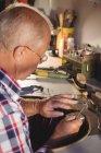 Внимательный ювелир работает в мастерской — стоковое фото