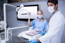 Zahnarzt und Zahnarzthelferin arbeiten in Zahnklinik zusammen — Stockfoto