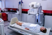 Patientin bei Röntgentest im Krankenhaus — Stockfoto