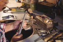 Кольцо Голдсмита в мастерской — стоковое фото