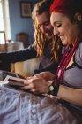 Felice hipster coppia in cerca di album fotografico mentre seduto a casa — Foto stock