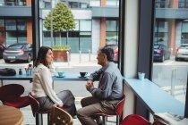 Чоловік і жінка з розмови в кафетерії — стокове фото