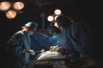 Squadra di chirurghi che eseguono operazioni in sala operatoria in ospedale — Foto stock