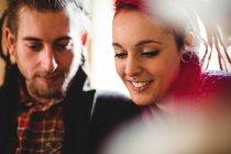 Primo piano di felice coppia hipster a casa — Foto stock
