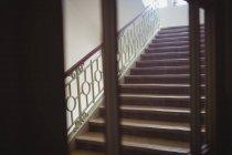 Escalier moderne vide à l'intérieur de l'hôpital — Photo de stock