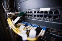 Крупный план монтажного сервера в серверной — стоковое фото