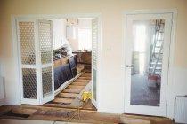 Telaio della porta e attrezzature di falegnameria in cucina a casa — Foto stock