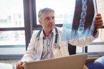 Arzt untersucht Röntgenbild im Krankenhaus — Stockfoto