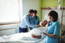 Чоловічий лікар слідчим старший пацієнта у лікарні — стокове фото