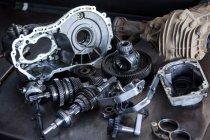 Запчастини до автомобілів на ремонт гаража — стокове фото