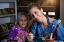 Портрет жіночий Поттер допомога дівчина в живопису гончарної майстерні — стокове фото