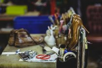 Shoemaker tools and high heels in workshop — Stock Photo