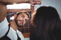 Frau lässt sich im Salon mit Schere die Haare schneiden — Stockfoto