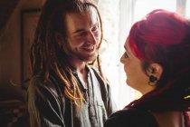 Felice giovane coppia hipster in piedi a casa — Foto stock