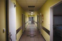 Vista interior del pasillo iluminador en un hospital - foto de stock