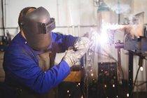 Saldatura saldatore metallo in officina — Foto stock