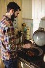 Человек, приготовление пищи на кухне дома — стоковое фото