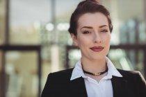 Ritratto di giovane imprenditrice in piedi — Foto stock