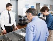 Pasajeros en control de seguridad en el interior del aeropuerto - foto de stock