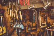 Oficina de horólogos antigos com ferramentas de reparo de relógio, equipamentos pendurados na parede — Fotografia de Stock