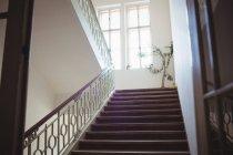 Пустые современные лестницы в интерьере больницы — стоковое фото